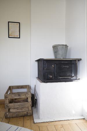 Ylva Nowén har en dröm om att bo i ett litet hus med en vedspis i köket. Nu har hon i alla fall en arbetsplats med vedspis.