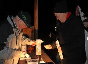Leif Lindberg serverade glögg med pepparkaka samt sålde almanackor och medlemsblad till bygdens nye präst Mats Cedergren.