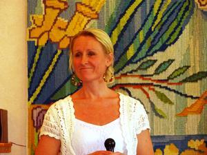Ewa Bylin klär sig vackert och sjunger vackert. Foto: Kjell Larsson.