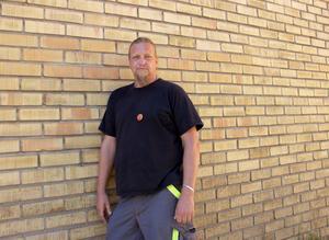 Magnus Karlsson Mård, huvudskyddsombud, tvingas hantera både sin egen och arbetskamraternas reaktioner efter flyttbeskedet.
