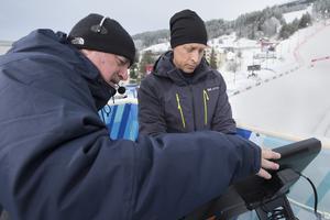 Produktionsteknikern Richard Baron hjälper programledaren André Pops med en skärm som ska visa resultat.