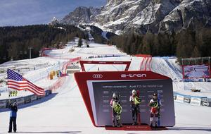 En vy över Cortinas alpina anläggning. Bilden är tagen i vintras efter en super G-tävling i världscupen. De tre på podiet är Tina Weirather, Mikaela Shiffrin och Tamara Tippler. Foto: TT