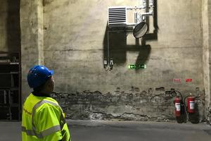 Mikael Linderis tittar på en av de 40-tal värmeutsläpp som installerats.