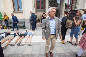 Lennart Bondeson (K) lämnar Rådhuset efter att ha hamnat i en halvirriterad diskussion med aktivister.