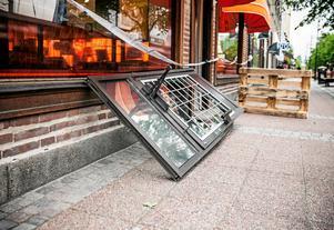 9 juni. Den relativt nystylade Synsambutiken på Storgatan i centrala Ludvika utsattes för ett inbrott tidigt på morgonen. Tjuvarna gick resolut tillväga. Hela dörren med ram och allt ryckte eller lyftes bort. Väl inne i lokalerna stals solglasögon till ett sammanlagt värde över 200 000 kronor.