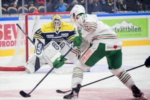 HV71:s målvakt Jonas Gunnarsson och Rögles Nick Sörensen under torsdagens ishockeymatch i SHL i Kinnarps Arena.