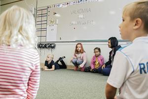 Samlade i en ring på golvet får eleverna säga sina namn.