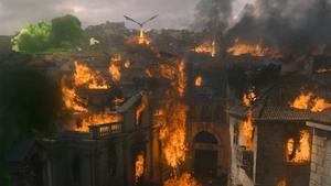 I näst sista avsnittet av Game of Thrones flippar Daenerys, en av huvudkaraktärerna, ur helt och dödar en hel stad med sin drake. Foto: HBO via AP
