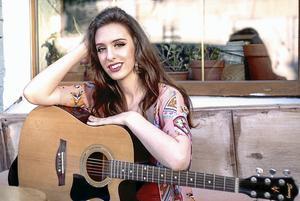 Artisten och låtskrivaren Sabina Chantouria kommer till Gislaved för att lära sportlovslediga barn och ungdomar att skriva låtar.