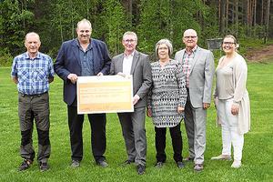 Sundborns GoIF tar emot en check från Bjursås Sparbank 2016. Foto: Bjursås Sparbank