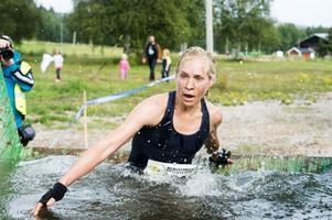 Maria Karlberg drar efter andan i det kalla vattenhindret strax innan upploppsrakan.