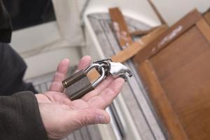 Låsfästet i plasten hade gått sönder när bojkroken användes som bräckjärn för att bryta sig in i ruffen.
