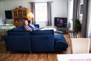 I samband med flytten blev det inköp av en helt ny hörnsoffa, som passar bra i tv-hörnan hemma hos Jan och Yvonne Brinka.