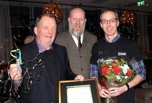 Strålande glad tar ordföranden Gunnar Axinge emot hedersutnämningen  och misteln av chefredaktör Daniel Nordström. Strålande glad år också Anders Westin från samma förening.