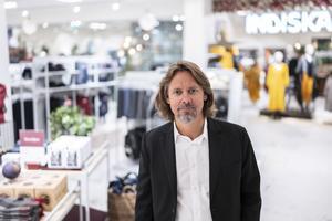 Åhléns vd Gustaf Öhrn vid öppningen av nya marknadsplatsen på Fridhemsplan i Stockholm. Pressbild Åhléns.