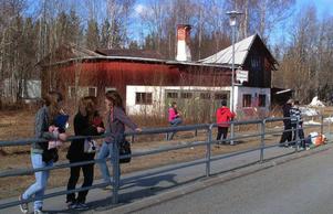 Ingen har åtgärdat den halvslaktade gamla lärarbostaden i Håsjö och inte den ihoprasade gamla ladugårdsbyggnaden i Kälarne centrum.  Foto: Ingvar Ericsson