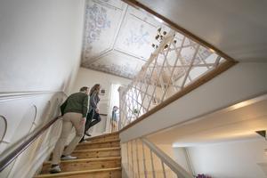 Takmålningen i trapphallen är signerad Paul Jonze och daterad 1927.