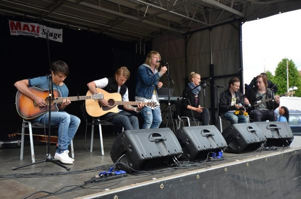 Gruppen Friends in Love med medlemmar från Örebro och Kumla spelade från scen varje heltimme.