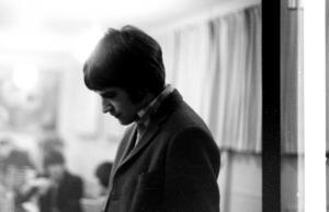 Ray Davies i popbandet The Kinks fotograferad backstage i Mariekällskolans aula. Foto: Berth Ahlborg.