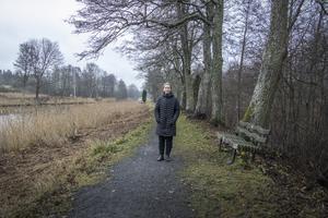 Rebecca Ahlström på promenad vid Väddö kanal. Hon bor i Älmsta tillsammans med sina föräldrar och en syster.