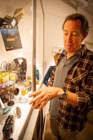 Johan Adlercreutz visar upp några av de undervattenskameror han har i sin ägo.