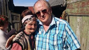 Toivo Comén möter bybon Galina i hans gamla släktby Poru i Ingermanland i Ryssland. Foto: Birger Ekerlid.