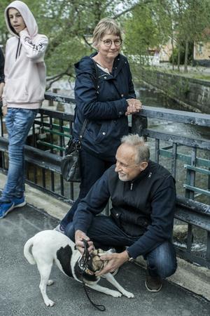 Ann-Mari och Lasse Lundell med hunden Igor strejkade för klimatet.