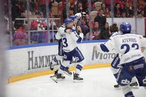 Leksandsjubel efter August Bergs förlängningsmål mot Mora. LIF spelar i SHL nästa säsong, medan MIK åker ned i Hockeyallsvenskan.