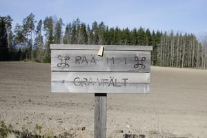 Längs grusvägen upp mot Jugansbo finns denna fina skylt som låter oss veta att det ligger ett gravfält med sex gravar från järnåldern uppe i  skogen.  Det skulle vara fint med en anlagd stig så vi kan få till en historisk besöksplats här precis som Ramsjö redan är i dag i Heby kommun. Foto och bildtext: Mats Köbin/Privat