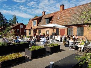 Den gamla Bruksgården i Virsbo blir ett café under sommaren.  Foto: Familjen Genberg