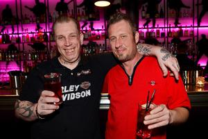 Rockabillyälskaren Elvis Sjögren tillsammans med sin arbetskamrat Tony Åslund drack drinkar på E-street.