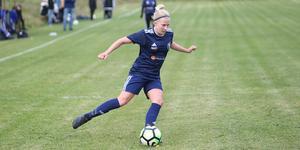 Thelma Lindkvist spelar både fotboll i Häverödal och innebandy i Midas