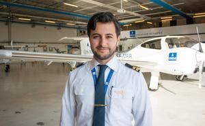 Sebastian Soltani är nyexaminerad pilot på OSM Aviation Academy i Västerås. I framtiden hoppas han på att få flyga större plan.