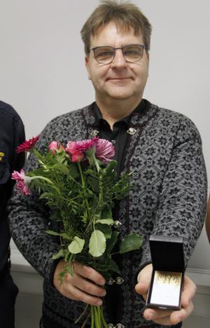 Peter Resare med medaljen som nu med säkerhet får en framträdande plats i hemmet.