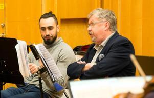 Första paret ut av recitatörer: Amjad Bitari, arabiska, och Tomas Melander, svenska. De berättar