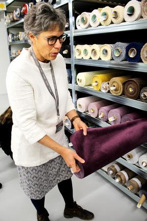 Kristina Lindau visar upp några av sammetstygerna som är väldigt populära för tillfället.