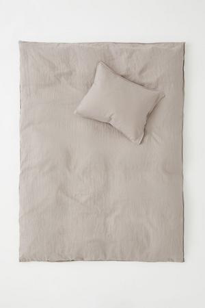 BUDGET. Påslakanset i tvättat linne, finns i flera färger,  699 kronor på H&M Home.