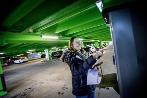 Kristina Thysell från Lindesberg betalar avgift och knappar in sitt bilnummer.