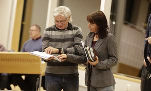 Sverigedemokraternas fullmäktigeledamöter Marius Kawecki, som också deltog vid nämndmötet i Vårdinge-Mölnbo, och Beata Milewczyk.