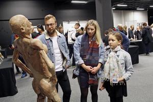Emil Östensson,  Johanna Östensson och Julia Larenas från Västerås tyckte kropparna var fascinerande.