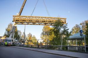 Monteringen av den träbron gick planenligt utan missöden.