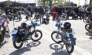 Över 100 tvåhjulingar med förare fanns på plats innan starten .