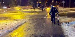 För oss cyklister hjälper det inte med dubbdäck om vi ska skaka fram på isrännor efter stelnade cykelhjulspår.