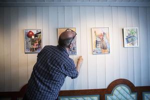 Den senaste utställningen på Fjällmuseet visar verk av designern och textilkonstnären Gunn Jonsson Shabetai från Fjällnäs. Här hänger museichef Ola Hanneryd upp de senaste målade verken av konstnären.