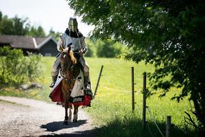 Det medeltida temat smälter in bra i miljön kring Övre Gärdsjö.