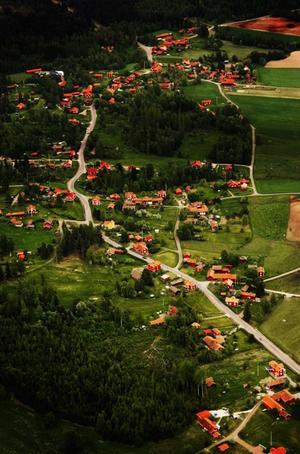 Gårdarna i Leksandsbyarna Hälla och Romma - ett pärlband från ovan.