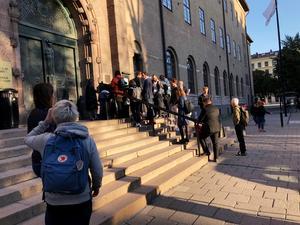 Journalister köar utanför Stockholms tingsrätt, där rättegången mot den så kallade kulturprofilen inleds idag.Foto: Carl Cato / TT