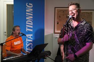 Johannes Kotschy med vänner spelade live på AT:s redaktion på nationaldagen 6 juni. Avslutade gjorde han så klart med nationalsången.