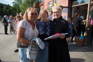Laila Pedero har tidigare jobbat som lärare på skolan och Karin Gulin har haft alla sina tre barn där. Här överlämnade de en present till skolan som rektor Lena Ytterström tog emot.