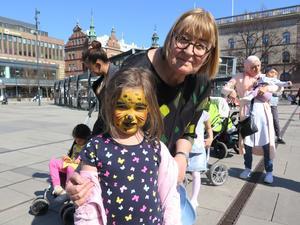 Berit Torstensson följde med barnbarnet Saga Högdal till aktiviteterna på Stortorget i Gävle.